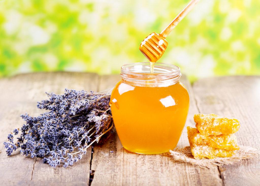 Банка мёда, цветы лаванды и соты