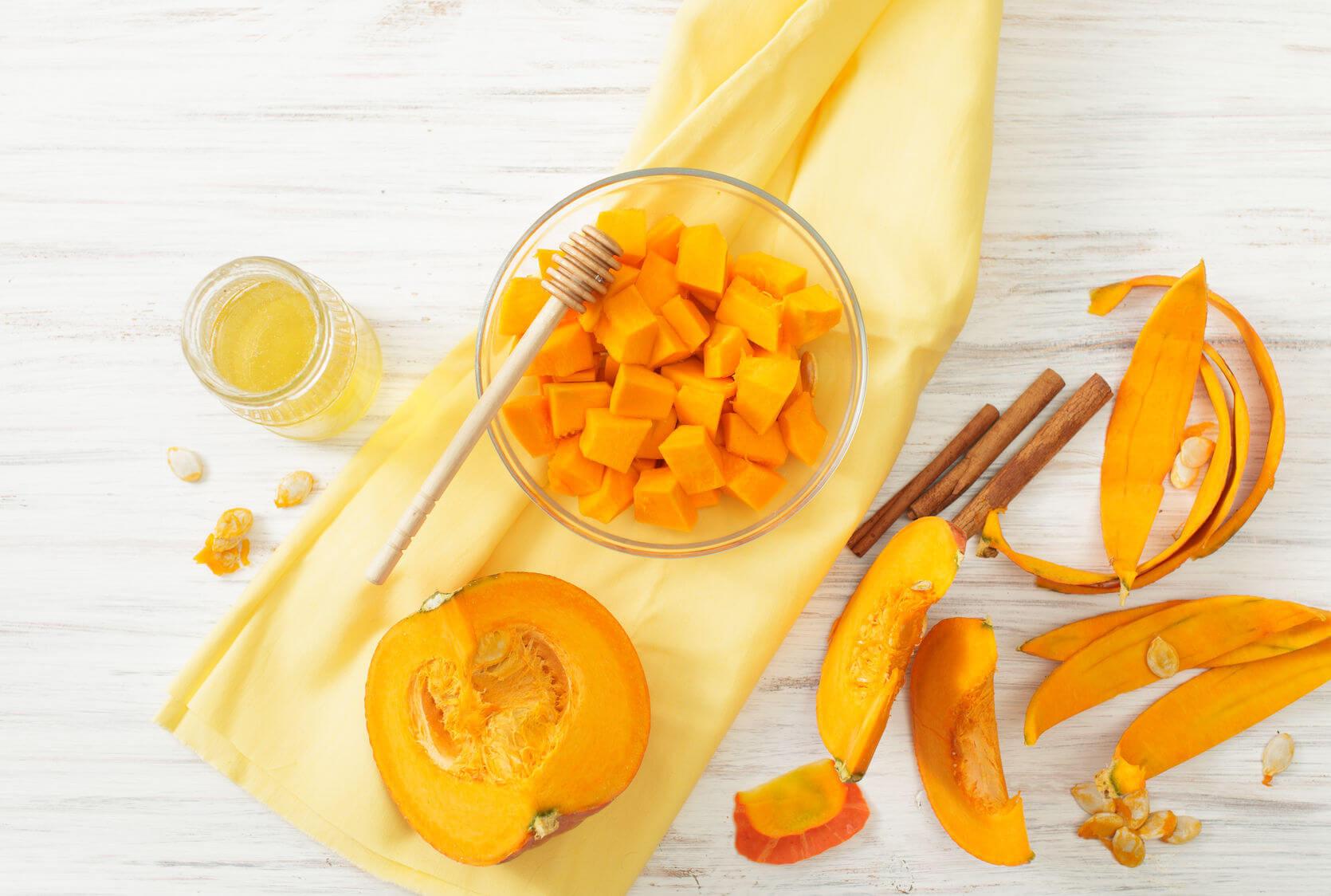 Осенний салат из тыквы и козьего сыра в медовом соусе